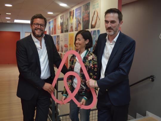 Le directeur général Airbnb de France et Belgique Emmanuel Marill (à gauche) et la direction d'Acticall Sitel.