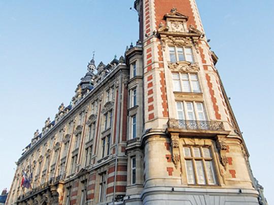 Ci-contre la transformation du rez-de-chaussée de l'hôtel consulaire de Lille en cellules commerciales.