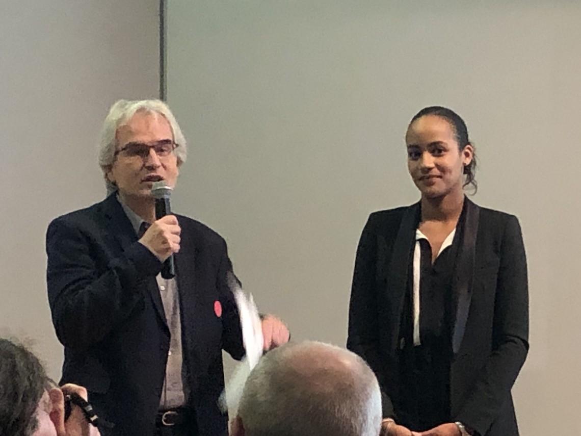 Julie Kiavué reçoit le prix des mains de Pierre Mauchamp, directeur de la rédaction de la Voix du Nord